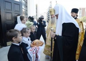 Патриарха встречают воспитанники православной гимназии